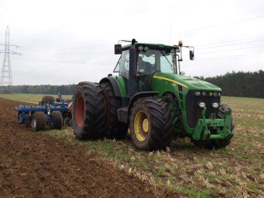 Dlaczego ciągniki John Deere są cenione przez polskich rolników?